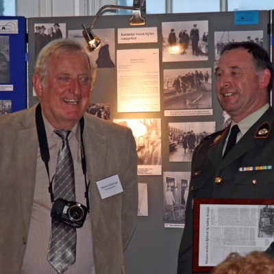 Penningmeester van de HATO Marten Wijbenga met Majoor Zwirs die 50 jaar geleden als één van de eerste hulp verleende aan Tuindorp