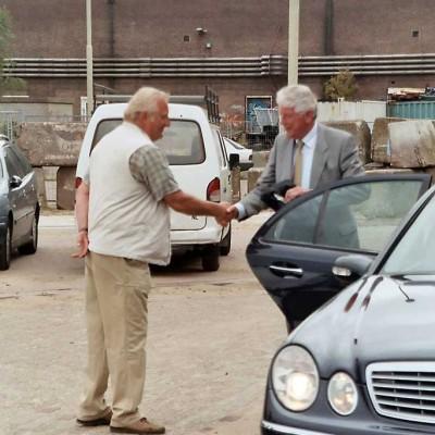 Ontvangst van Wim Kok door Marten Wijbenga van de HATO
