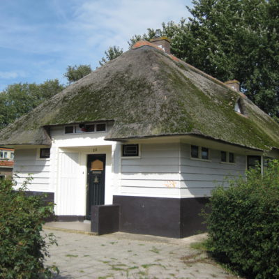 Voormalige openbare leeszaal, houten gebouw met rieten dak op stenen plint, bouwstijl Amsterdamse School (bouwstijl) kometensingel (1923-1925)