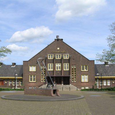 Verenigingsgebouw 't Zonnehuis, bouwstijl Amsterdamse School, aan achtergevel beeldengroep van J. IJzerdraat en M. Vreugde, Zonnehuis, Zonneplein (1932)